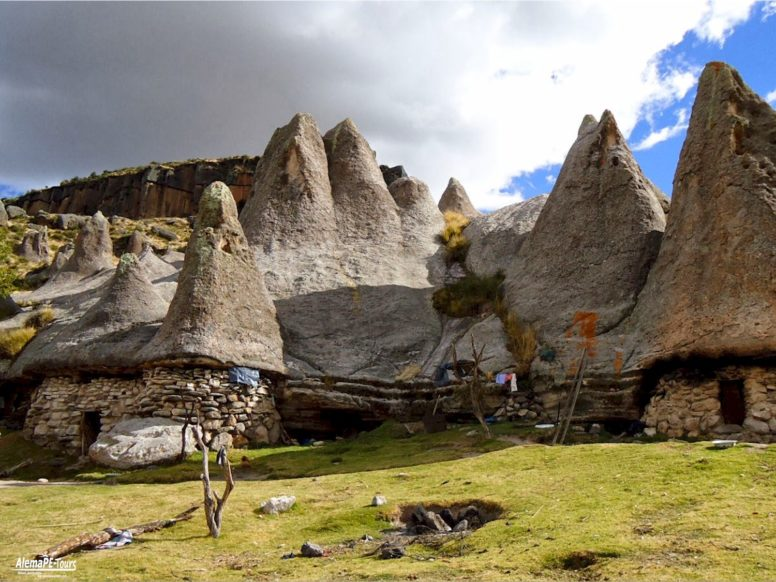 The houses of the smurfs in the middle of the andes and the stone forrest of Pampachiri