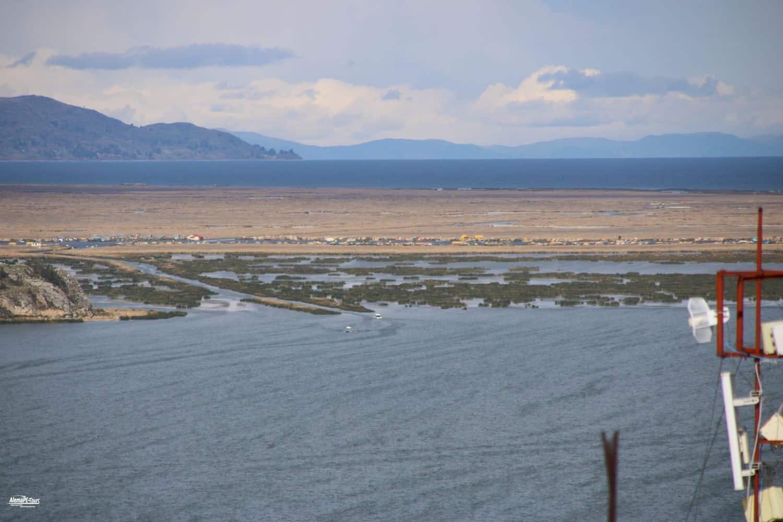 Puno - El Lago Titicaca con los islas flotantes de los Uros